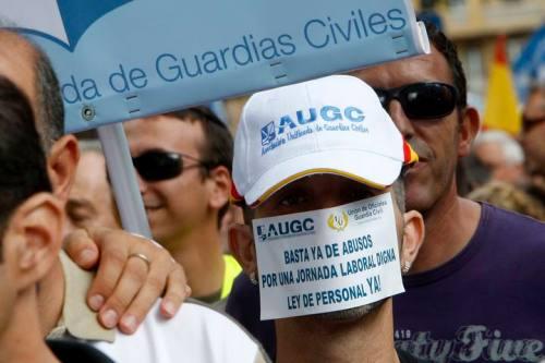 """MD65. MADRID, 18/09/2010.- Imagen de la manifestación convocada por las asociaciones de guardias civiles, en la que miles de personas han participando en un ambiente festivo, y que transcurrió por la calles de Madrid entre gritos de """"Rubalcaba, dimisión"""", """"Zapatero, embustero"""" o """"No somos, esclavos, somos funcionarios"""". EFE/JuanJo Martín"""
