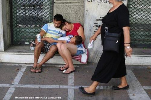 Una-familia-pide-limosna-La Vanguardia